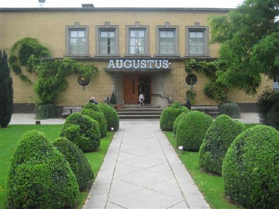 Villa Augustus: entaerance