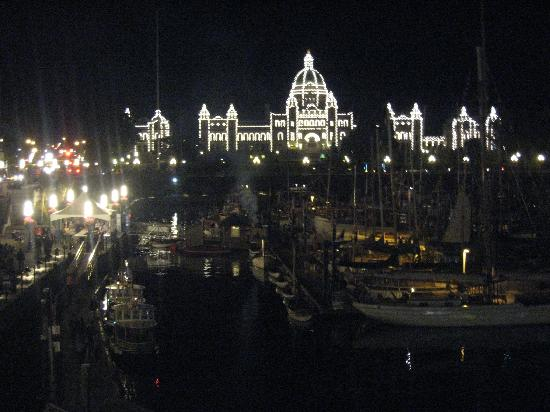 Chateau Victoria Hotel and Suites: Victoria harbor and parliament building