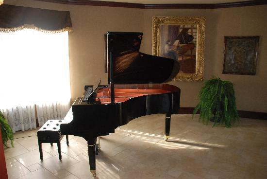 Homewood Suites Amarillo: Baby Grand in Breakfast Area
