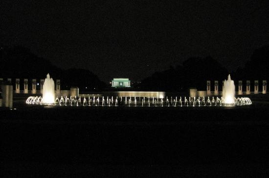 อนุสรณ์สงครามโลกครั้งที่ 2: WWII Memorial with Lincoln Memorial Backdrop (Photo by Amanda Hecker)