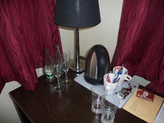 Pytloun Travel Hotel : Tea and coffee in the room