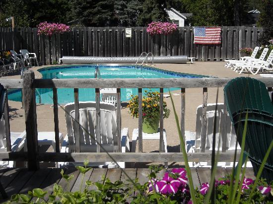 Village Green Lodge: the heated pool