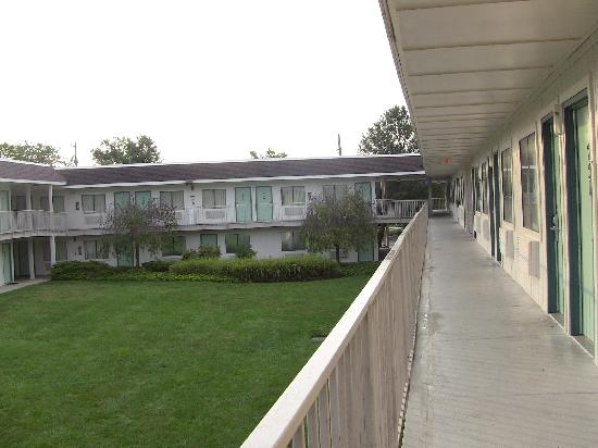 Motel 6 Washington DC SE - Camp Springs : vista interna del cortile del motel