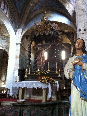 Cattedrale di Santa Maria Assunta : L'altare con il crocifisso ligneo del '400