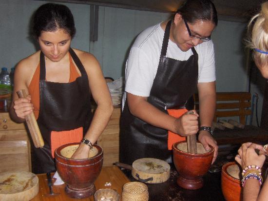 เอเชีย ซีนิค ไทยคุกกิ้งสคูล: My friends working on the Papaya Salad