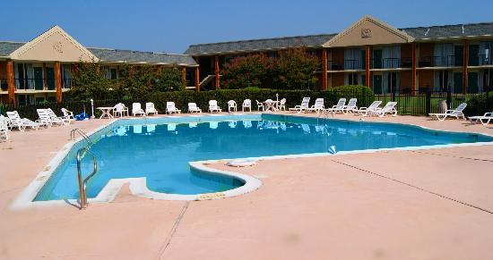 The Governors House Hotel & Convention Center: Albama Pool (3' - 9' deep)