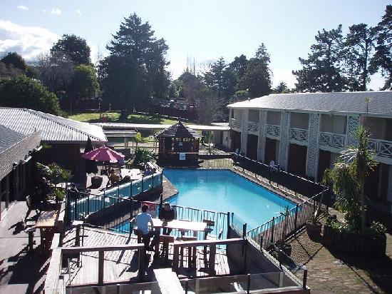โรงแรมโพนาโม: Pool & Courtyard Dining Area