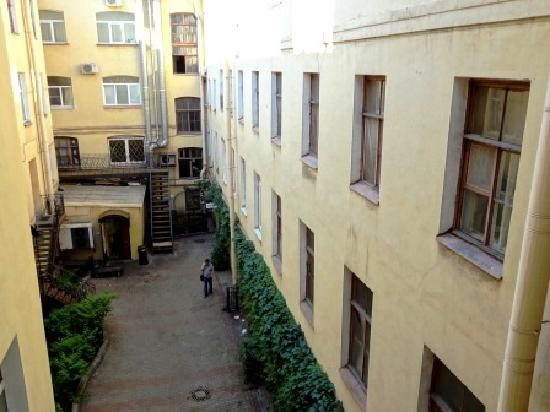 Nevsky Mayak Hotel : Entrance to hotel is in this courtyard