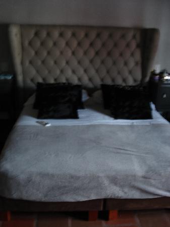 La Casa del Farol Hotel Boutique : Bed, we took the cover off