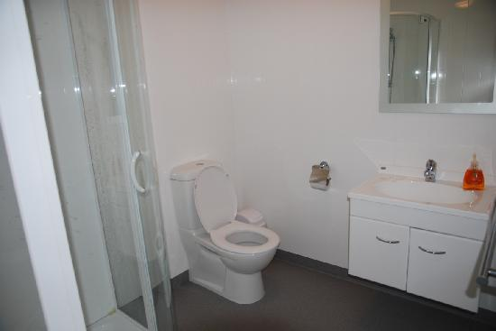 Pounawea Grove Motels - The Catlins: bathrooms in our units