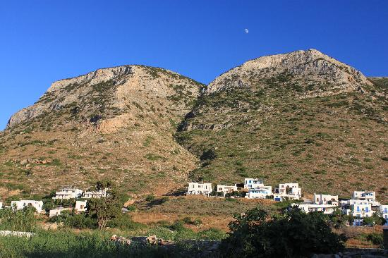 Morfeas Pension: Enjoy the mountain view after a day at the beach.