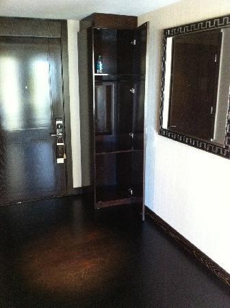 Mandarin Oriental, Las Vegas: City Scape Suite Butleru0027s Closet