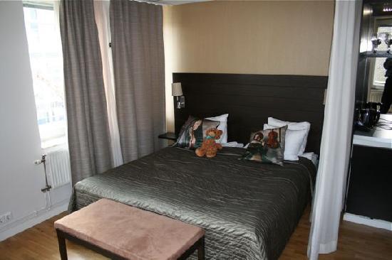 Freys Hotel: Bed nook in corner suite