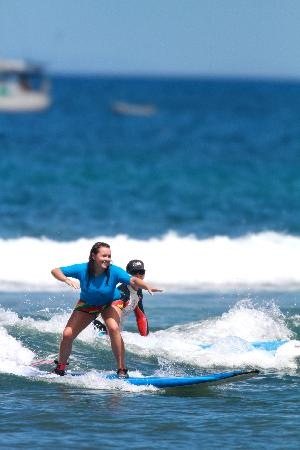 Royal Hawaiian Surf Academy: Friend surfing