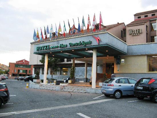 Hotel Puerta de Segovia: Front View - Lots of Free Parking
