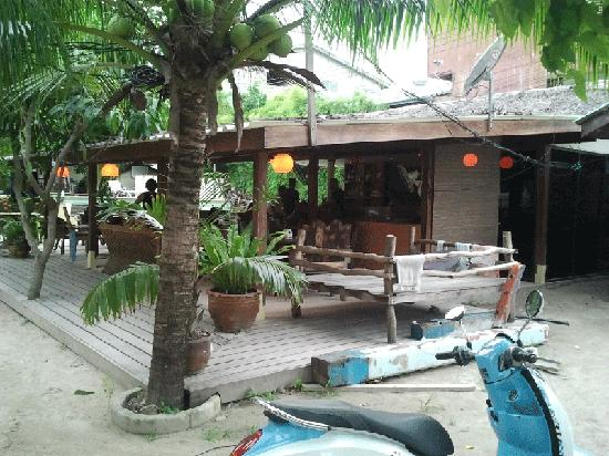 Koh Tao Backpackers Hostel: DJL Bar/Restaurant used as a common area by the hostel