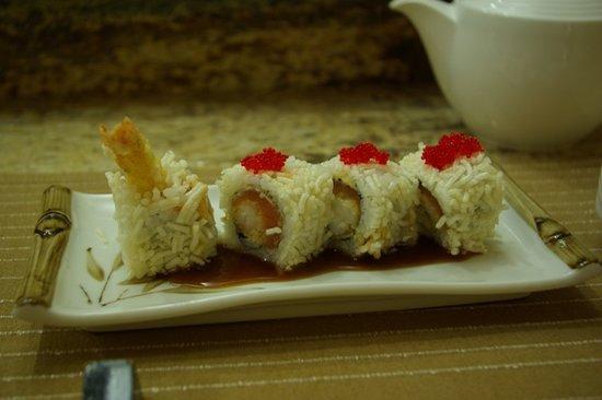 Tanoshii : Prawn tempura maki roll