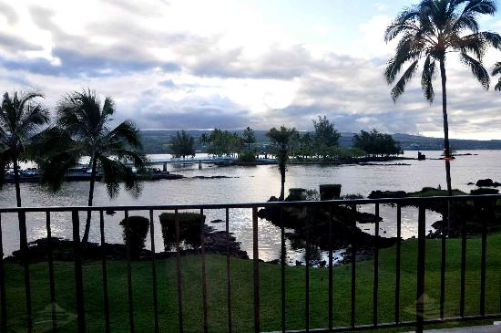 Castle Hilo Hawaiian Hotel: View from  QUEEN'S COURT RESTAURANT at The Hilo Hawaiian