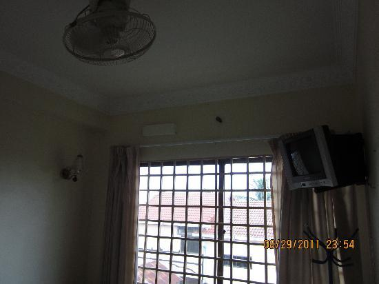 Mingalar Inn: Fan and window