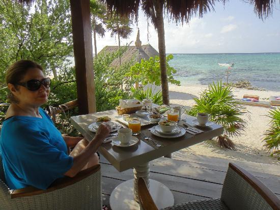 Hotel Jashita: Breakfast on the beach