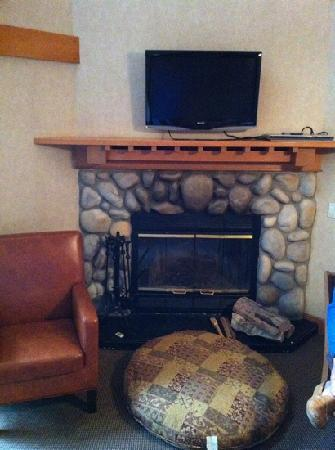 Hidden Ridge Resort: Fireplace