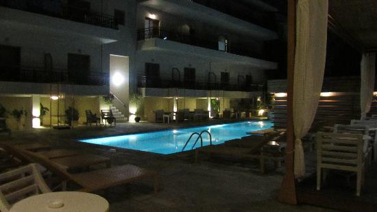 Bourtzi Boutique Hotel: pool in the evening