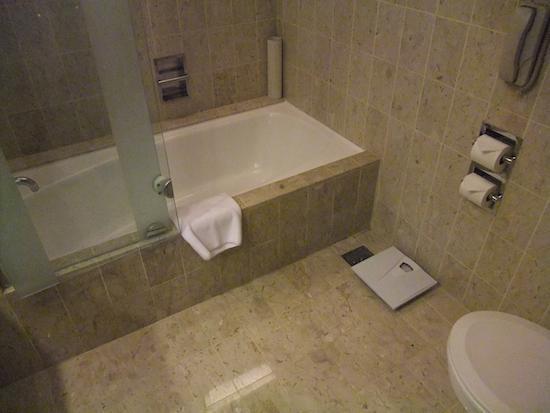โรงแรมสวิสโซเทล เดอะ สแตมฟอร์ด: Stamford classic room - bath & shower