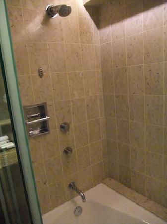 โรงแรมสวิสโซเทล เดอะ สแตมฟอร์ด: Stamford classic room - shower