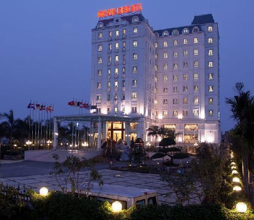 Ninh Binh Legend Hotel: Night Scene