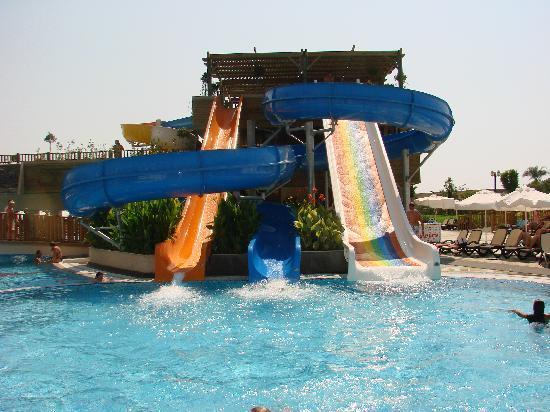 Crystal Palace Luxury Resort & Spa: Natürlich muss der Papa auch zu Seinem kommen. Deshalg 3 Rutschen für das grosse Schwimmbecken.