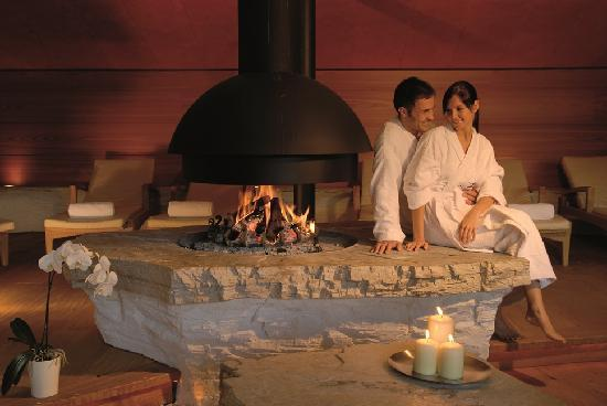 Hotel Adler Dolomiti Spa & Sport Resort: sala relax con fuoco aperto
