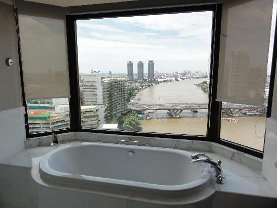 Shangri-La Hotel,Bangkok: Bath with a View