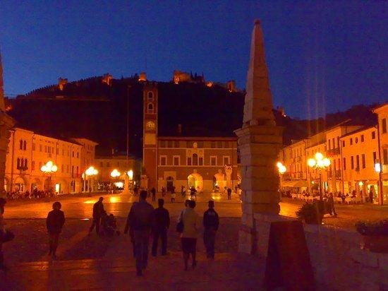 Partita a Scacchi di Marostica a personaggi viventi: Notte d'estate sulla piazza