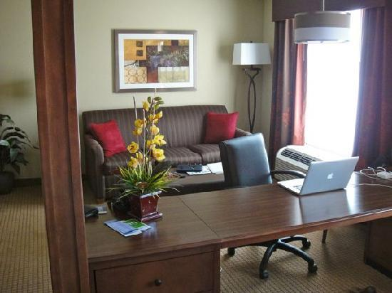 Hampton Inn & Suites St. Louis/South I-55 : living area with desk divider