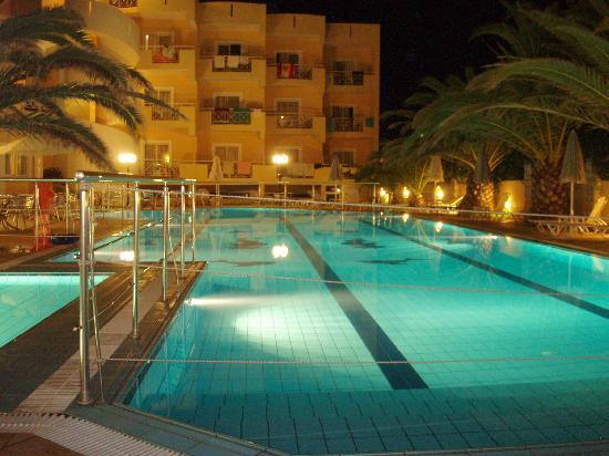 Sunny Bay Hotel: ΠΙΣΙΝΑ ΒΡΑΔΥ