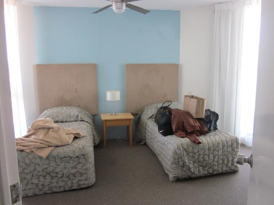 Sandy Point Beach Resort: twin single bdrm