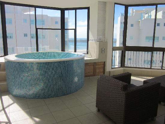 Sandy Point Beach Resort: sun room with spa & lounging area