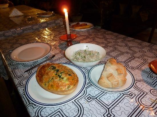 Yakuruna Guest House: Quiche aux épinards, salade fraicheur et pain au levain