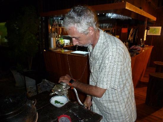 Yakuruna Guest House: Paulo préparant une plante médicinale