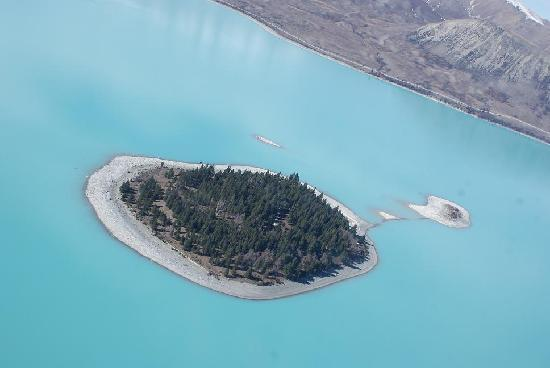 Peppers Bluewater Resort: Island in the middle of lake tekapo