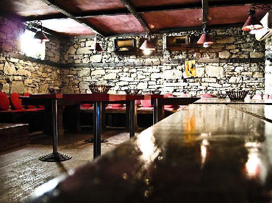 Bujtina e Gjelit: internal bar