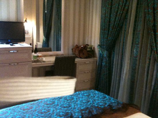 Hotel Novano : Desk area with mini-fridge