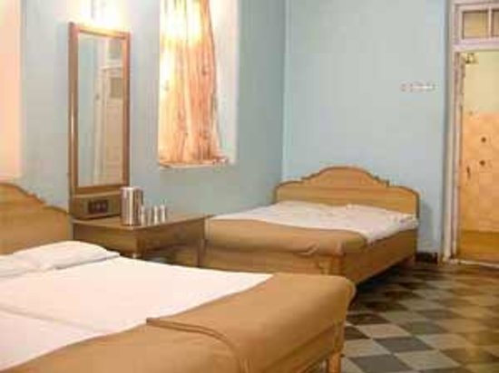 Preeti Hotel: three beded  rooms