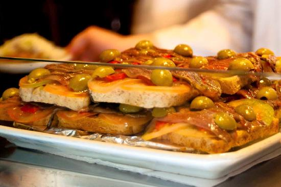 Ciudad Condal Restaurant: Anchiovies, tomatoes and olives.