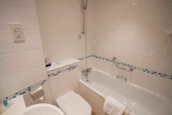 Holiday Inn Swindon: Standard Bathroom