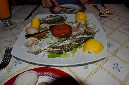 Mama Sofia's: 貝の盛り合わせの前菜 真ん中の赤いのはウニです