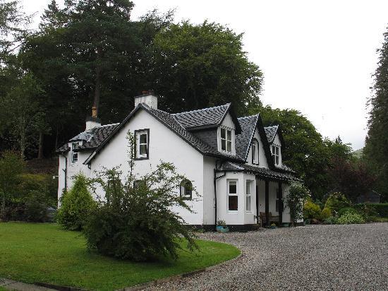 East Lodge Invergloy: B & B visto dal giardino