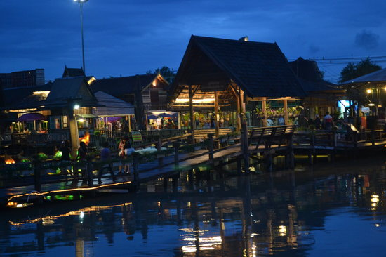 Nakhon Pathom Floating Market: Night view of the Floating Market.