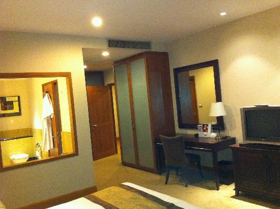 แอสคอทท์ สาธร บางกอก: Master bedroom in a 3-bedroom apartment.