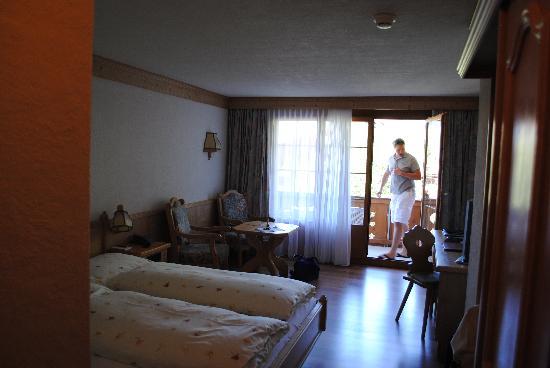 Hotel Alpenland Lauenen: bedroom